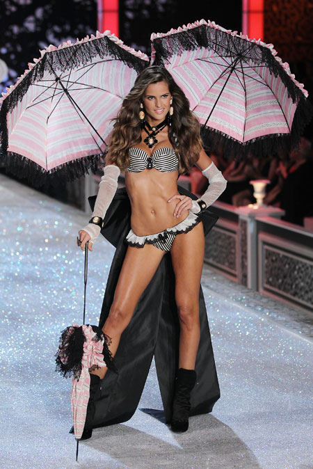 Izabel Goulart desfilando para Victorias Secret